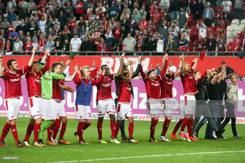 team of 1.FC Kaiserslautern celebrate during the Second Bundesliga match between 1. FC Kaiserslautern and SpVgg Greuther Fuerth at Fritz-Walter-Stadion on September 29, 2017 in Kaiserslautern, Germany.