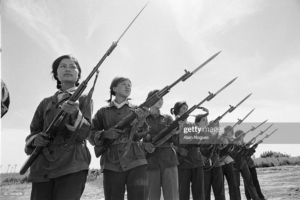 The Female Oil Militia : Nieuwsfoto's