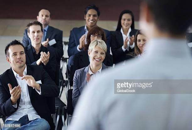 Équipe de collègues de travail Taper dans les mains mains