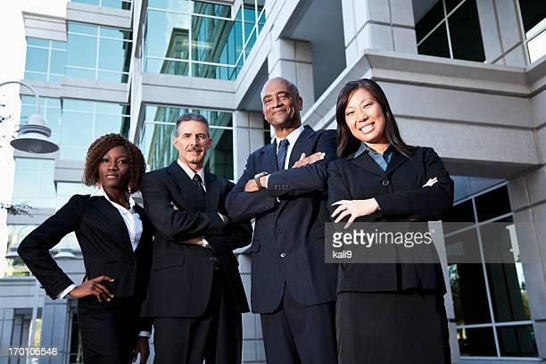 Team von Geschäftsleuten stehen außen Bürogebäude