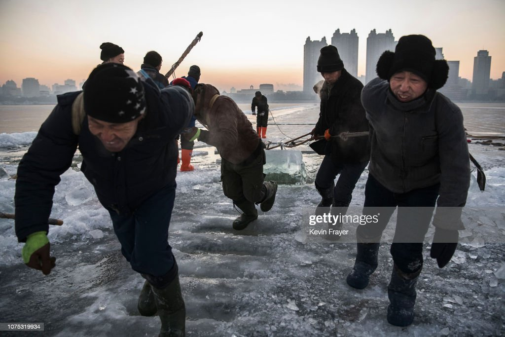 Workers In China Prepare For World's Largest Ice Festival : Foto di attualità