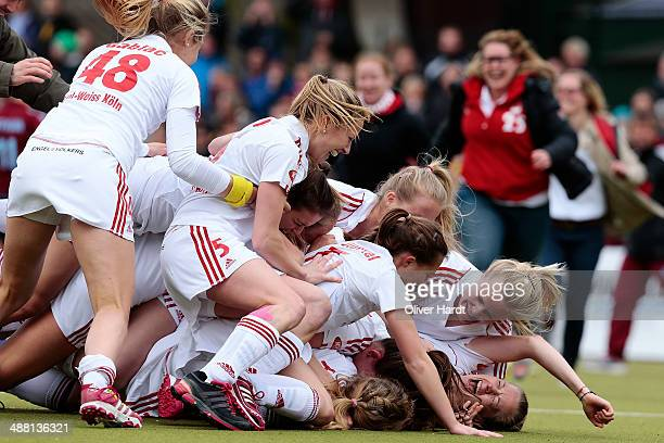 Team of Cologne celebrate after the Bundesliga match between UHC Hamburg v Rot Weiss Koeln 69th German Field Hockey Championship Women's Final at UHC...