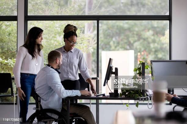 equipe de colegas de trabalho trabalhando juntos - persons with disabilities - fotografias e filmes do acervo
