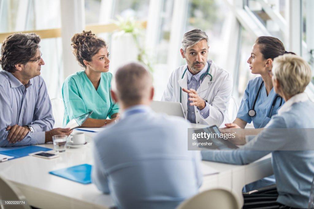 Team von Ärzten und Geschäftsleuten sprechen auf ein Treffen im Büro des Arztes. : Stock-Foto
