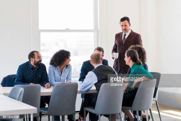 Équipe de collaborateurs à une réunion d'affaires