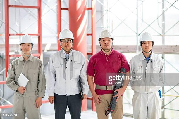 チームのエンジニアや建築家は、ビルディング建設現場
