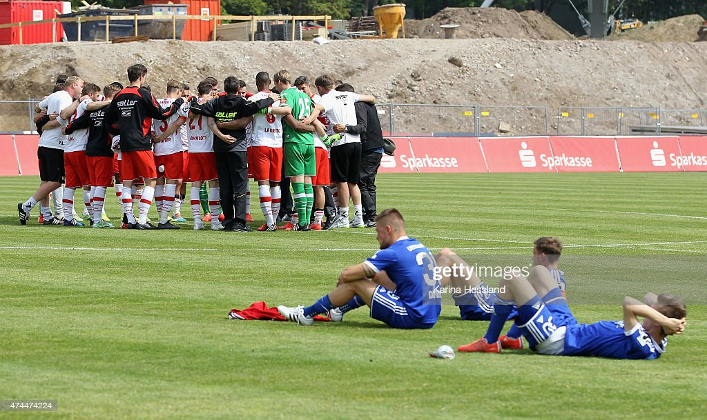 Team of Erfurt happy, Players of Unterhaching look dejected after the Third League match between FC Rot Weiss Erfurt and SpVgg Unterhaching at Steigerwaldstadion on May 23, 2015 in Erfurt, Germany.
