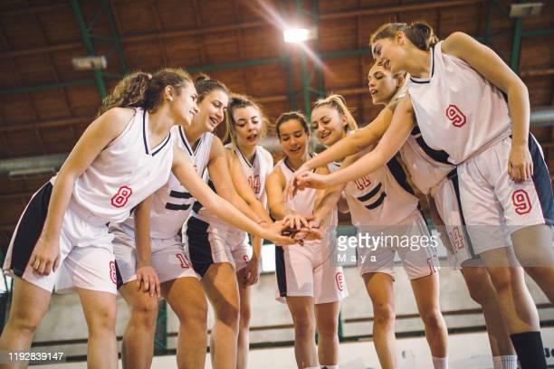 一緒に手を持つ女性バスケットボールのチーム - team sport ストックフォトと画像