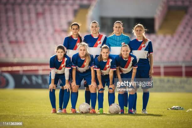 équipe de joueurs de soccer féminin sur un stade. - équipe de football photos et images de collection