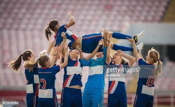 équipe de soccer féminin heureux joueurs célébrant la victoire sur un terrain de jeu. - football féminin photos et images de collection