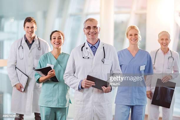 Feliz Equipe de trabalhadores médicos no hospital.