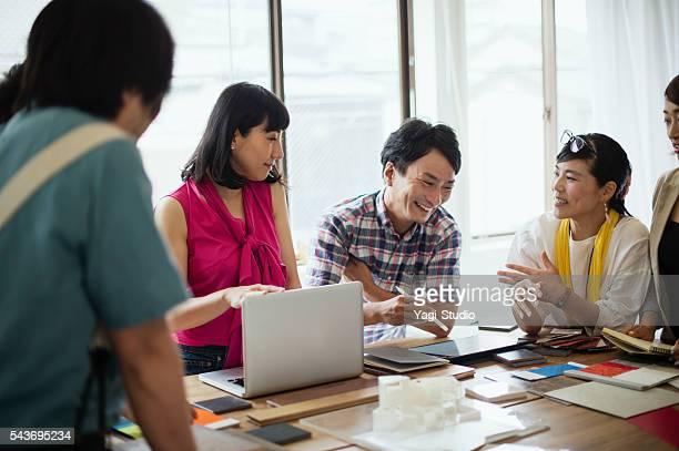 チームのインテリアデザイナー、スタジオでの説明