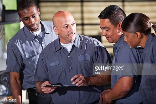 Équipe de mechanics recherche dans le presse-papiers