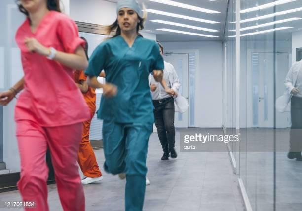team von medizinern eilen für notfall im krankenhaus korridor - unfall und katastrophe stock-fotos und bilder