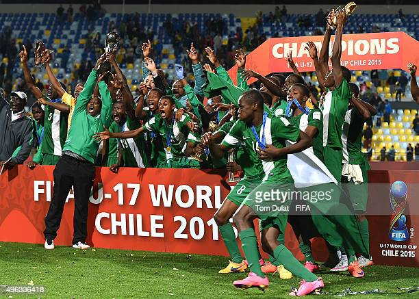 Team of Nigeria celebrate with the trophy after winning the FIFA U17 World Cup Chile 2015 final match between Mali and Nigeria at Estadio Sausalito...