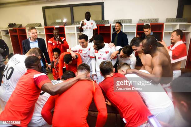 Team of Nimes celebrates the Victory during the Ligue 2 match between Nimes Olympique and AC Ajaccio on May 12 2017 in Nimes France