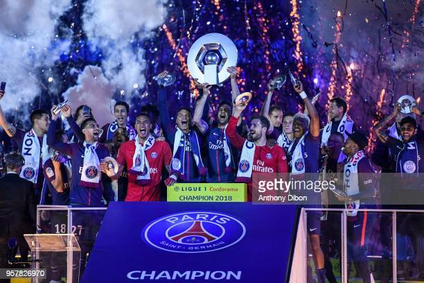Team of PSG celebrates with the trophy during the Ligue 1 match between Paris Saint Germain and Stade Rennes at Parc des Princes on May 12, 2018 in...