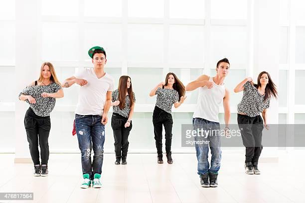 Team von Teenagern, die hip-hop-Tanzen.