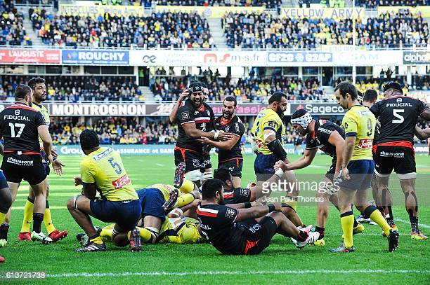 Team of Toulouse celebrates scoring try during the Top 14 rugby match between Clermont Auvergne and Stade Toulousain Toulouse on October 9 2016 in...
