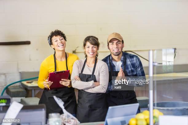 Équipe des travailleurs dans le marché des produits alimentaires
