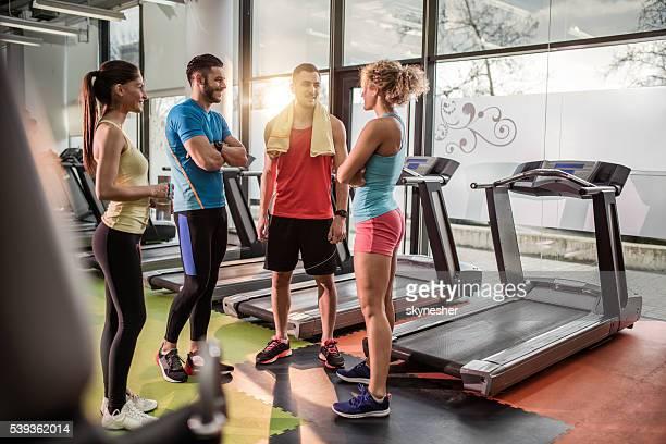 Team von jungen Sportlern Kommunikation auf Kurzurlaub in einem Fitness-Studio.