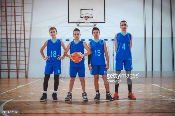 Team der jungen Basketball-Spieler