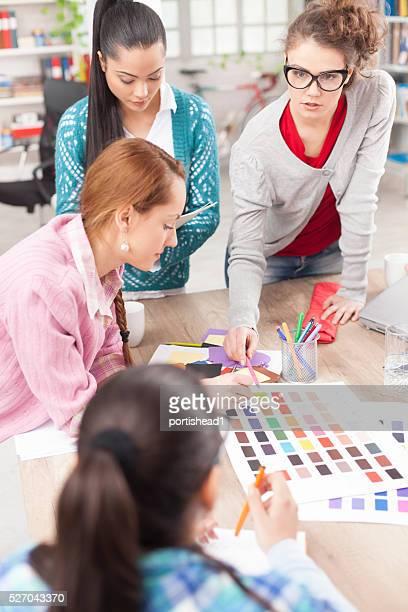 Team von jungen kreativen Designern bei der Arbeit
