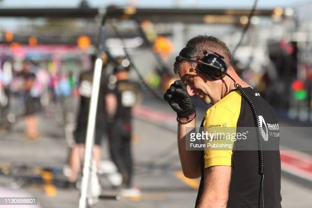 Team personel of Renault Sport F1 Team in the pitlane during 2nd practice on day 2 of the 2019 Formula 1 Australian Grand Prix