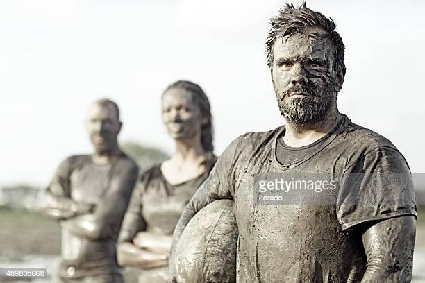 Squadra in posa per una foto di gruppo nel fango