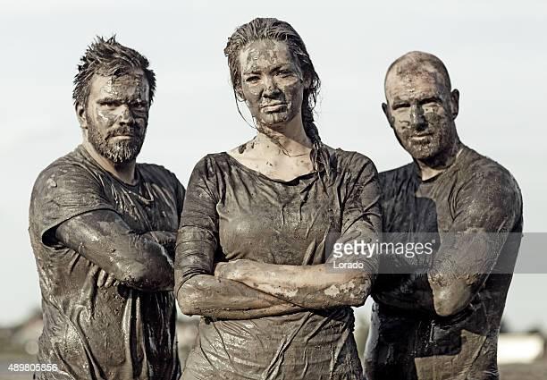 team posieren für ein tolles gruppenbild im schlamm - überleben stock-fotos und bilder