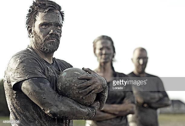 Equipa a posar para um grupo de pic na lama