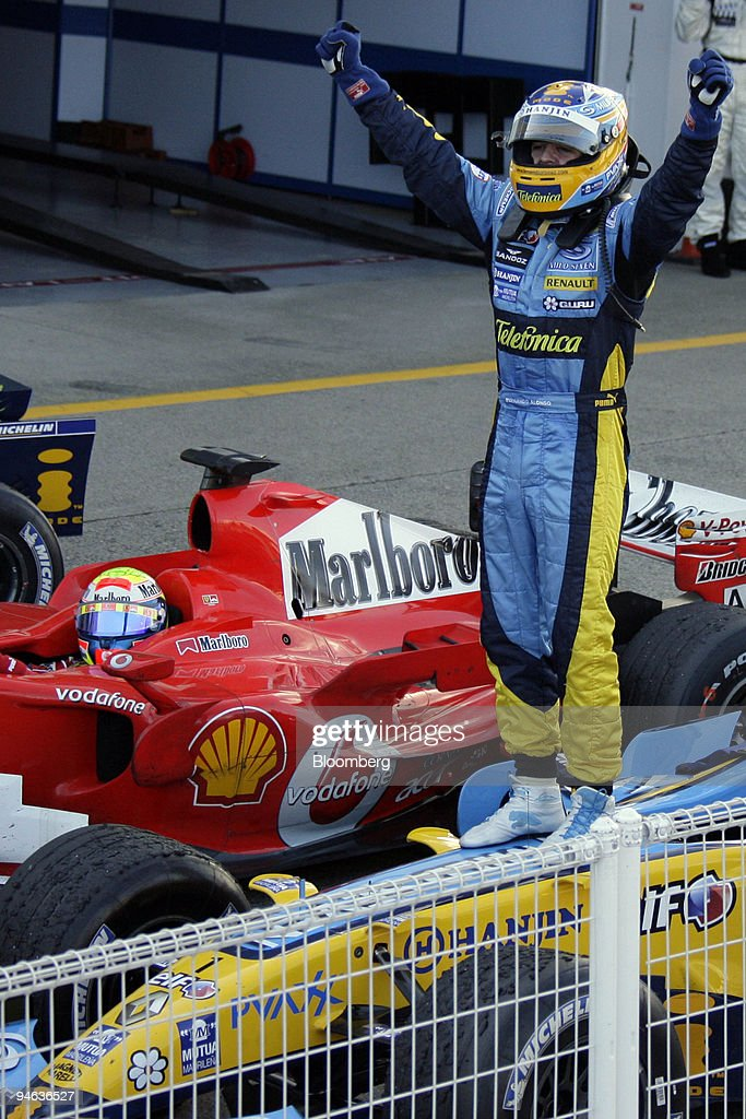 Team Renault driver Fernando Alonso (ESP) celebrates winning : News Photo