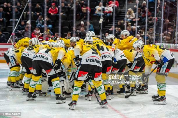 Team SC Bern makes a circle around Goalie Tomi Karhunen of SC Bern during the Swiss National League game between Lausanne HC and SC Bern at Vaudoise...