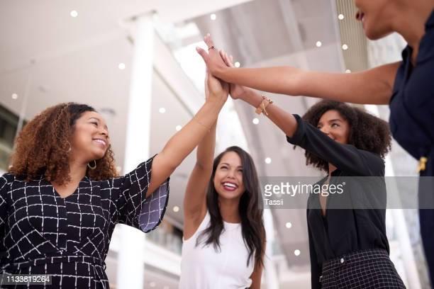 la solidarité de l'équipe gagne à chaque fois - seulement des femmes photos et images de collection