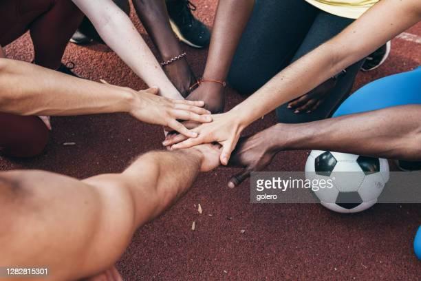 teamgeist - sportmannschaft stock-fotos und bilder