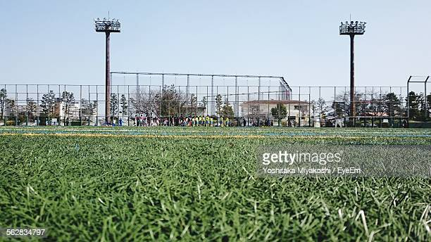 team standing on sports field preparing to race - track and field stadium stock pictures, royalty-free photos & images