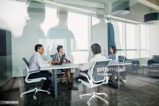 team samen te praten in de zakelijke vergaderzaal - top vergadering stockfoto's en -beelden