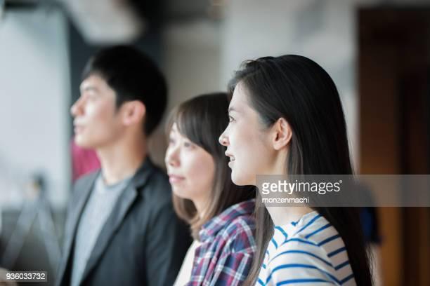 アジアの若いビジネス人のチーム作業 - スマートカジュアル ストックフォトと画像