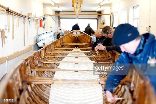 Team arbeitet an einem Konzert-Boot