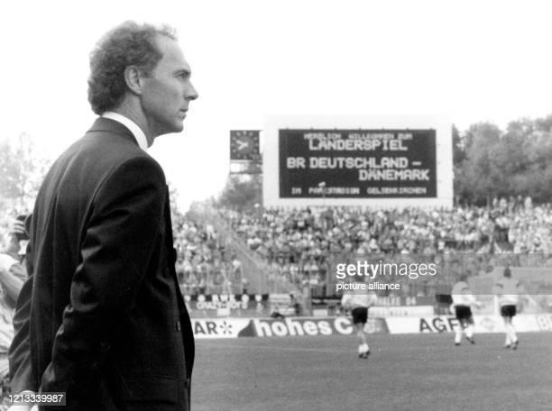 Teamchef Franz Beckenbauer in Erwartung des Länderspiels: Die deutsche Fußballnationalmannschaft gewinnt am vor 43.000 Zuschauern im Gelsenkirchener...
