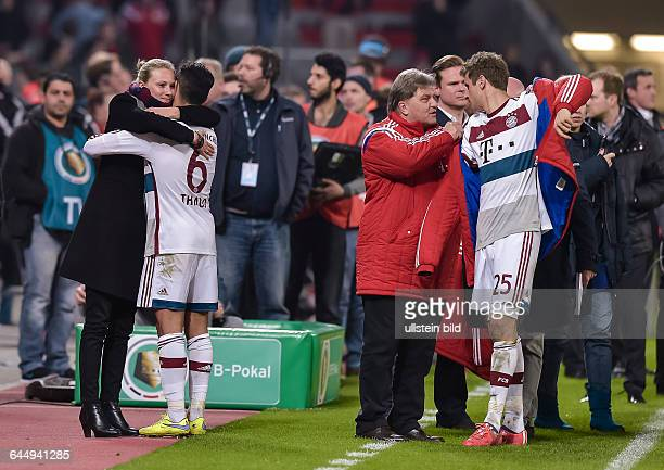 Teammanagerin Kathleen Krueger umarmt Thiago Alcantara waehrend dem Fussball DFB Pokal Viertelfinale Bayer Leverkusen gegen FC Bayern Muenchen in der...