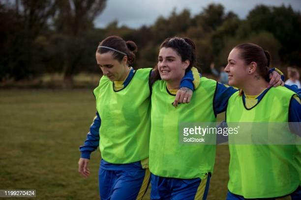 teammates are the best friends - football training stock pictures, royalty-free photos & images