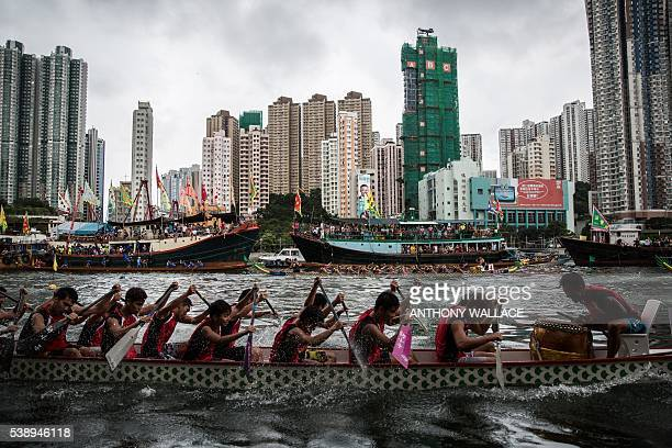 TOPSHOT Teammates paddles during a dragon boat race held to celebrate the Tuen Ng festival in Hong Kong on June 9 2016 / AFP / ANTHONY WALLACE