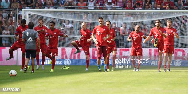 FUSSBALL 1 BUNDESLIGA SAISON Teampraesentation FC Bayern Muenchen in der Allianz Arena Training FC Bayern Mehdi Benatia Joshua Kimmich Julian Green...