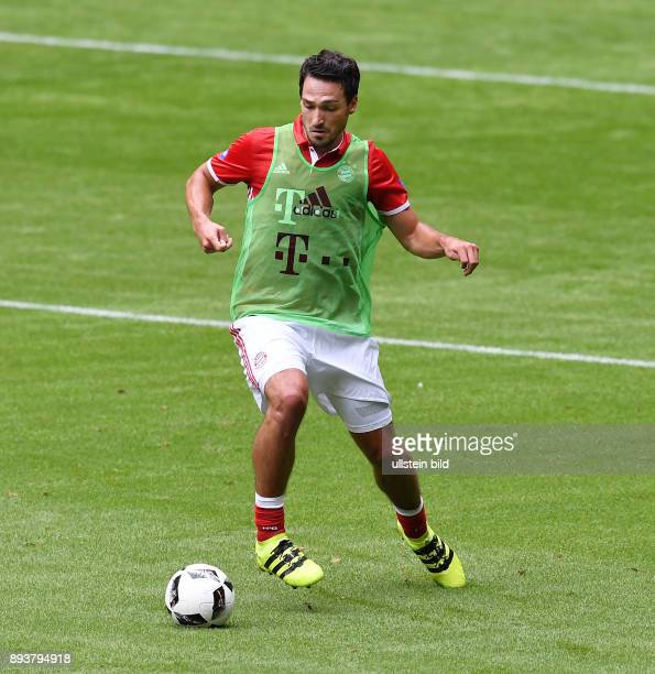 FUSSBALL 1 BUNDESLIGA SAISON Teampraesentation FC Bayern Muenchen in der Allianz Arena Training Mats Hummels am Ball
