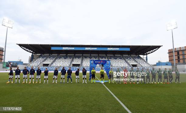 Teams of US Sassuolo and Cagliari Calcio line up ahead of the Serie A match between US Sassuolo and Cagliari Calcio at Mapei Stadium Città del...