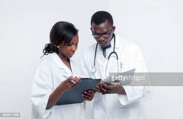 Médecins africains de travail d'équipe