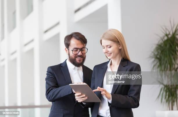 Travail d'équipe et de la technologie, des outils indispensables pour la productivité