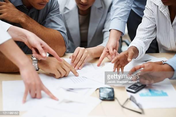 Travail d'équipe-Homme d'affaires mains travaillant avec des documents