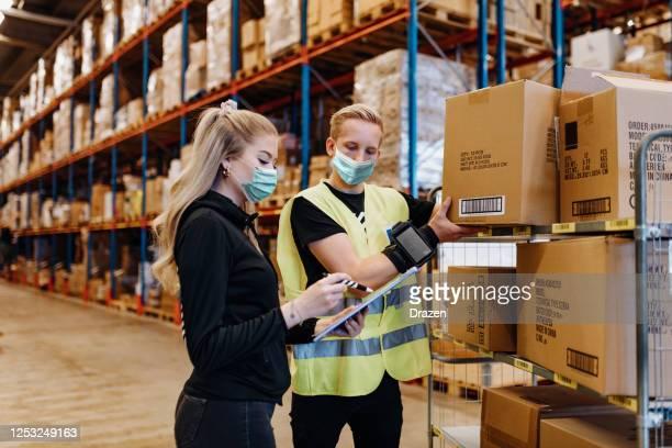 teamwork in essentiële diensten tijdens covid-19 - beschermend masker werkkleding stockfoto's en -beelden